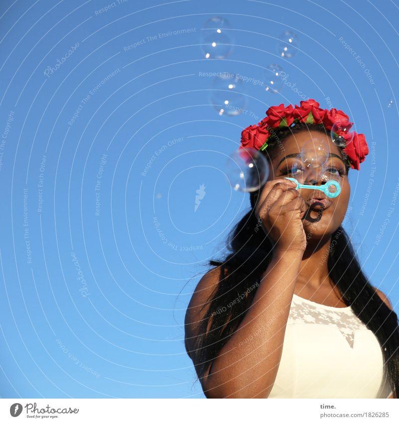 . Mensch Frau schön Erwachsene Leben feminin beobachten Neugier festhalten Kleid Leidenschaft langhaarig schwarzhaarig Interesse Seifenblase Ausdauer