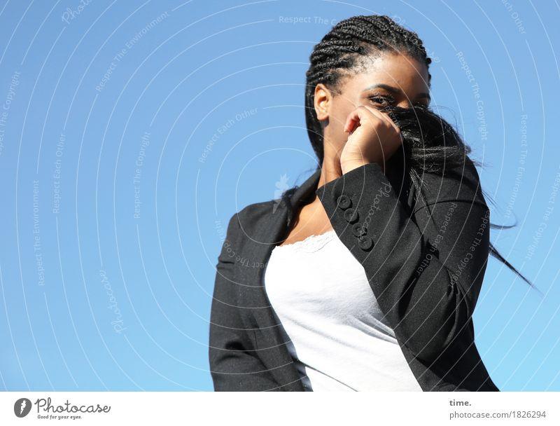 Sonia feminin 1 Mensch Himmel Schönes Wetter T-Shirt Jacke Haare & Frisuren schwarzhaarig langhaarig beobachten Blick listig Neugier schön Lebensfreude Schutz