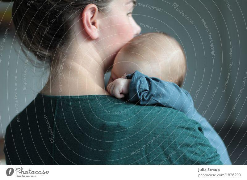 Junge Mutter mit schlafenden Baby auf dem Arm feminin Frau Erwachsene 2 Mensch 0-12 Monate 30-45 Jahre brünett kuschlig Wärme blau grün türkis Vertrauen