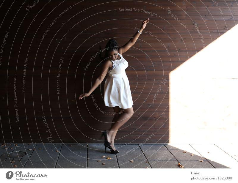 . feminin 1 Mensch Bühne Tanzen Tänzer Mauer Wand Kleid Schmuck Damenschuhe schwarzhaarig langhaarig Bewegung ästhetisch schön Stadt Lebensfreude selbstbewußt