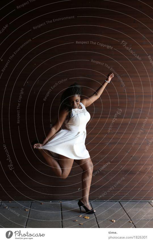 . Mensch Frau schön Freude Erwachsene Wand Leben Wege & Pfade Bewegung feminin Mauer springen Kreativität Fröhlichkeit laufen Tanzen