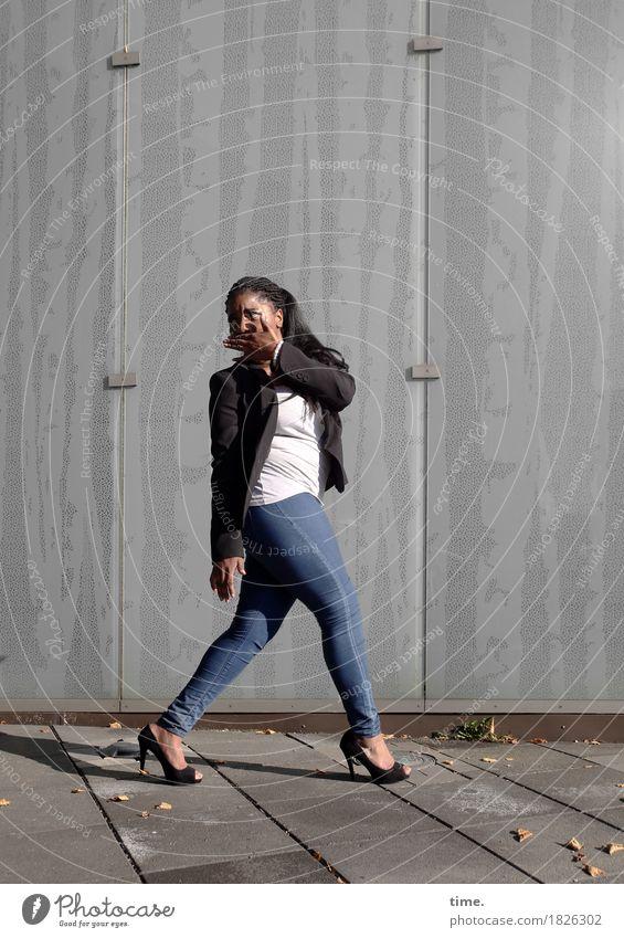 . Mensch Stadt schön Straße Leben Wand Wege & Pfade Bewegung feminin Mauer Fassade gehen beobachten Neugier T-Shirt Überraschung