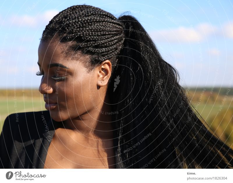 . Mensch Frau Himmel schön Erholung ruhig Erwachsene Wärme Bewegung feminin Haare & Frisuren Denken Horizont warten beobachten Schutz