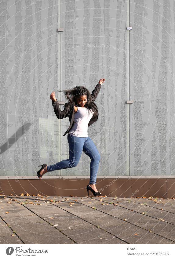 . feminin Frau Erwachsene 1 Mensch Schauspieler Tänzer Sommer Schönes Wetter Mauer Wand Wege & Pfade Bürgersteig T-Shirt Jeanshose Jacke schwarzhaarig
