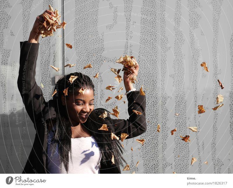 . feminin 1 Mensch Herbst Schönes Wetter Blatt Mauer Wand T-Shirt Jacke schwarzhaarig langhaarig Rastalocken beobachten festhalten Blick Spielen schön