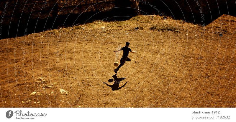 Mensch Kind Jugendliche Freude Spielen Junge Bewegung Sand Energie Fußball Schönes Wetter Freundlichkeit 13-18 Jahre genießen Platz Tatkraft