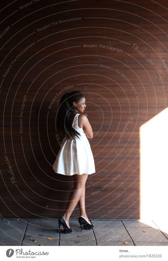 . Mensch Frau schön dunkel Erwachsene Leben Wand Wege & Pfade feminin Mauer Zeit Haare & Frisuren stehen warten beobachten Sicherheit