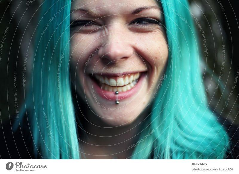 laut- türkis Freude schön Leben Junge Frau Jugendliche Haare & Frisuren Gesicht 18-30 Jahre Erwachsene Accessoire Piercing langhaarig Lächeln lachen ästhetisch