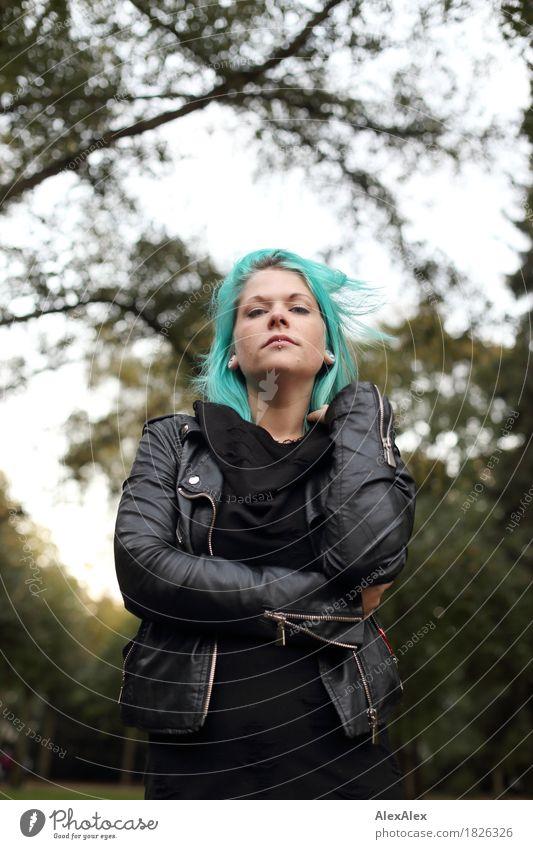 seriös Jugendliche Stadt schön Junge Frau Baum Landschaft 18-30 Jahre Erwachsene feminin Stil außergewöhnlich wild Park ästhetisch authentisch stehen