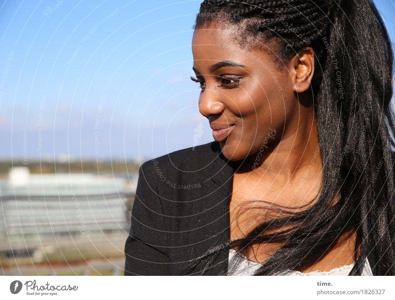 . feminin Frau Erwachsene 1 Mensch Landschaft Schönes Wetter T-Shirt Jacke Haare & Frisuren schwarzhaarig langhaarig Rastalocken Afro-Look beobachten Lächeln