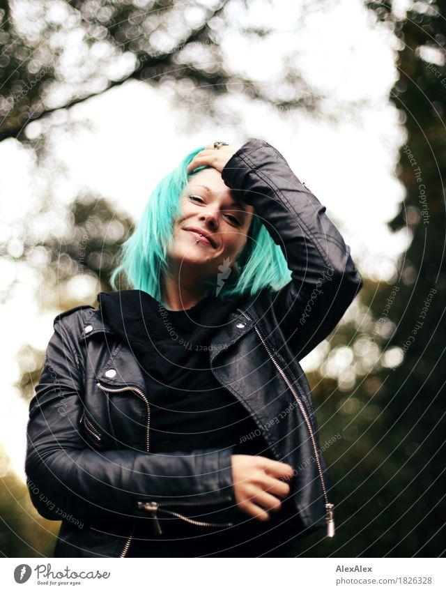 Danke für ihre Geduld Lifestyle Stil Freude schön Junge Frau Jugendliche 18-30 Jahre Erwachsene Landschaft Schönes Wetter Baum Park Lederjacke Piercing