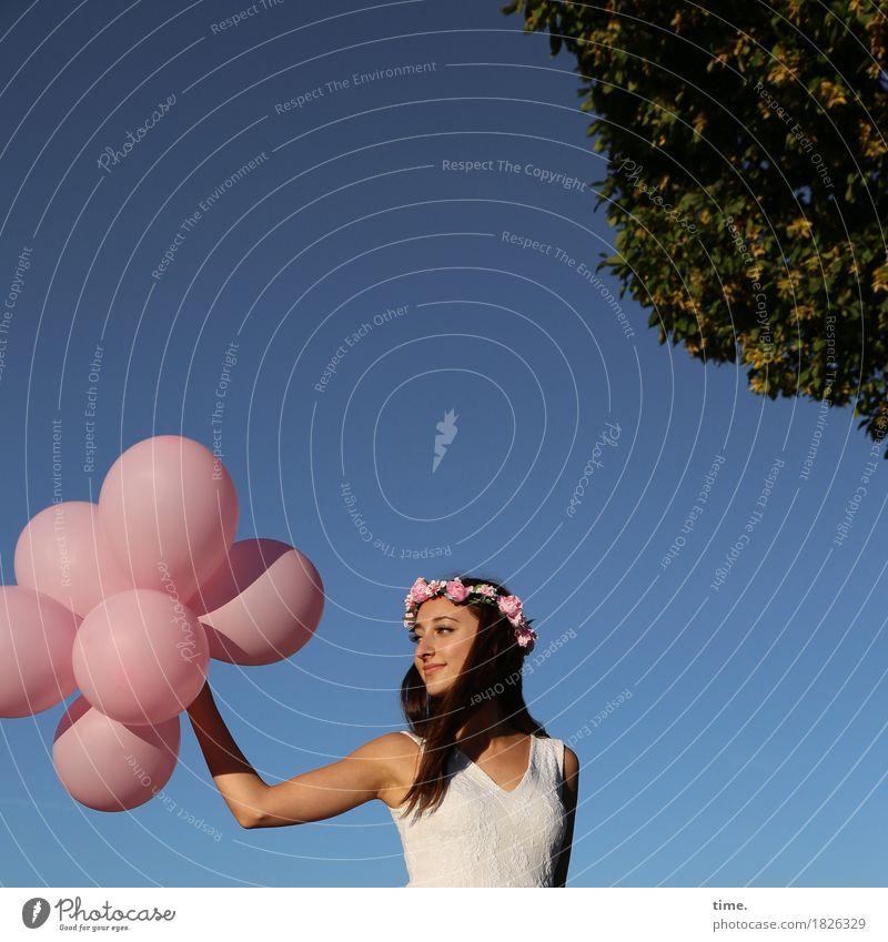 . Mensch Frau Himmel schön Baum Erwachsene Leben Bewegung feminin Glück Zufriedenheit Fröhlichkeit warten Lebensfreude Schönes Wetter beobachten