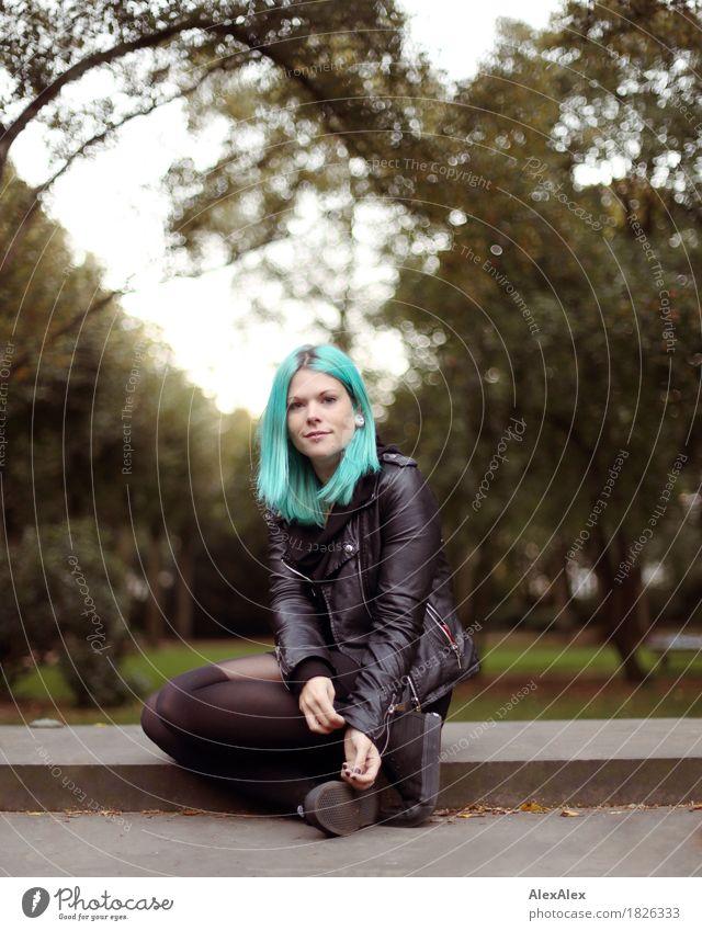 unterland Jugendliche schön Junge Frau Baum Landschaft 18-30 Jahre Erwachsene feminin Stil außergewöhnlich Stein Haare & Frisuren wild Park sitzen ästhetisch