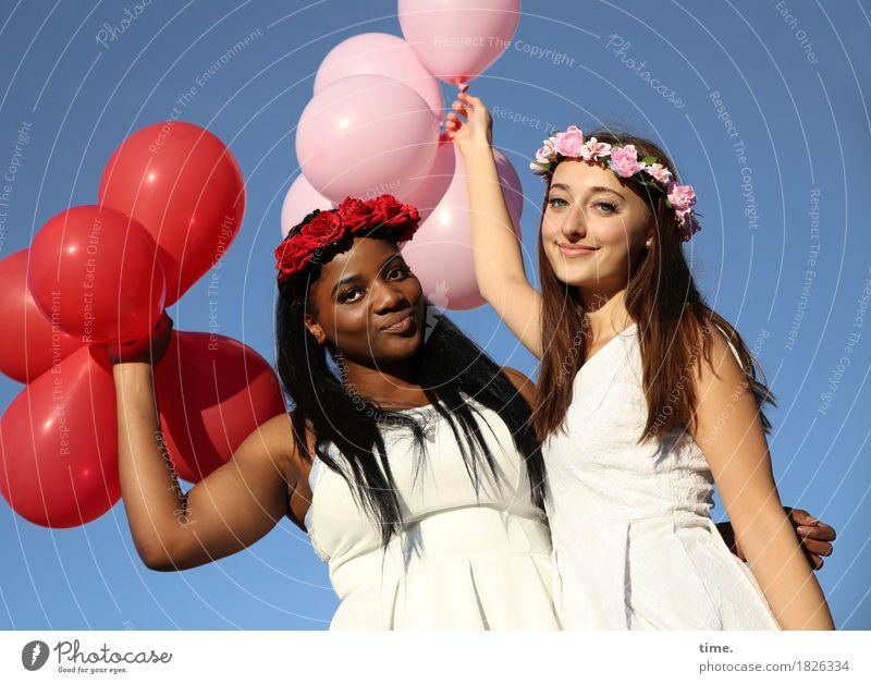 . feminin Frau Erwachsene 2 Mensch Wolkenloser Himmel Kleid Schmuck Haarband schwarzhaarig brünett langhaarig Luftballon beobachten festhalten Lächeln Blick