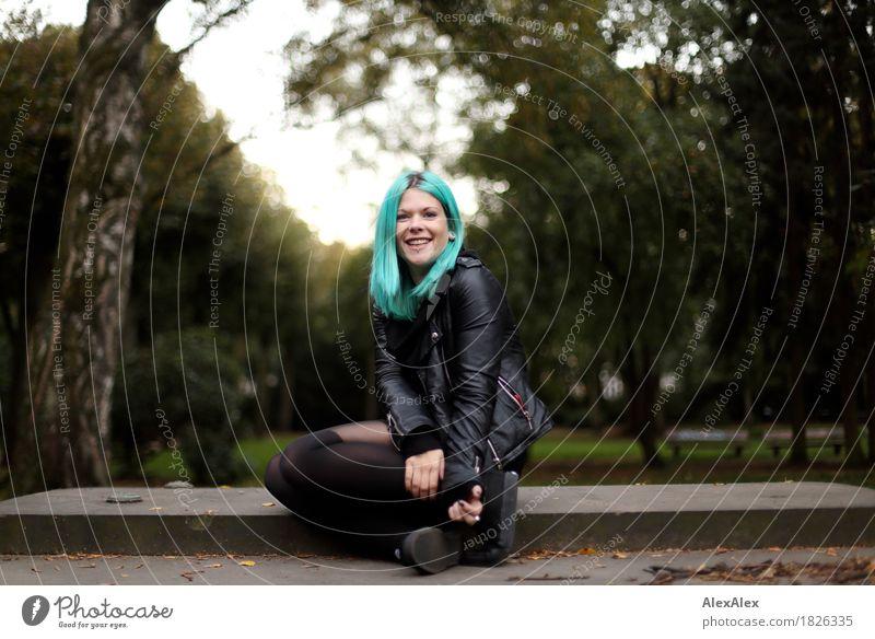 Freude schön Junge Frau Jugendliche Haare & Frisuren 18-30 Jahre Erwachsene Landschaft Schönes Wetter Baum Sträucher Park Lederjacke Strumpfhose langhaarig