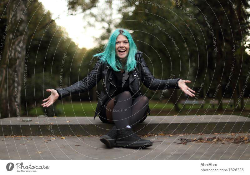 Portrait einer jungen, lachenden Frau mit türkisen Haaren, die ihre Arme ausstreckt Stil Freude schön Junge Frau Jugendliche 18-30 Jahre Erwachsene Landschaft