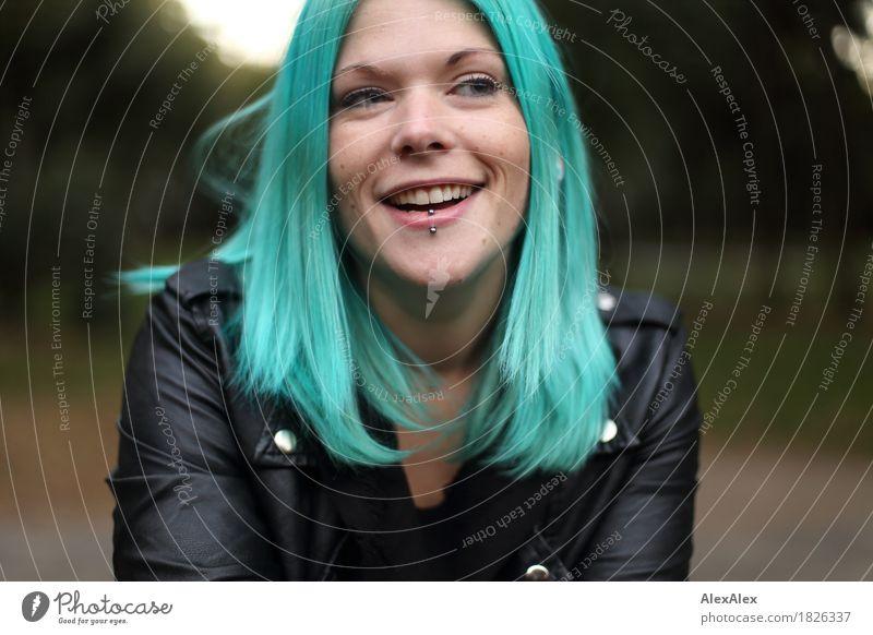 überzeugend exotisch Freude schön Junge Frau Jugendliche Haare & Frisuren Gesicht 18-30 Jahre Erwachsene Schönes Wetter Park Lederjacke langhaarig Kommunizieren