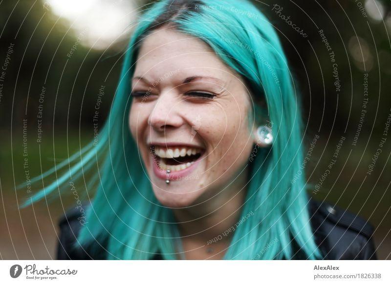 voller Freude Stil schön Wohlgefühl Junge Frau Jugendliche Haare & Frisuren Gesicht 18-30 Jahre Erwachsene Park Lederjacke Schmuck Piercing langhaarig türkis