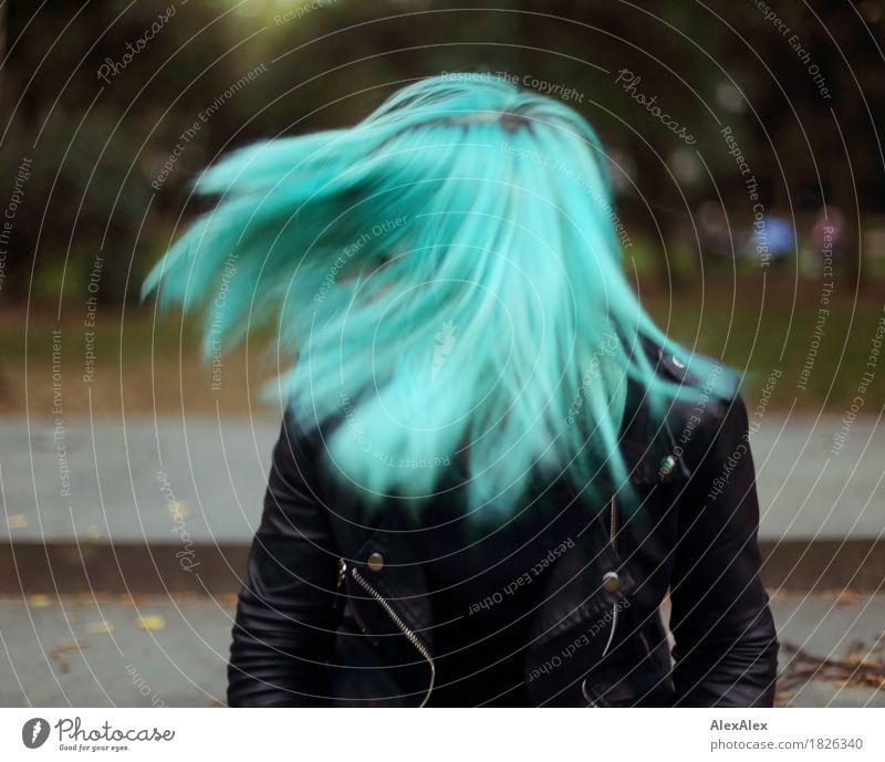 fliehkraft exotisch Freude schön Junge Frau Jugendliche Haare & Frisuren 18-30 Jahre Erwachsene Park Lederjacke langhaarig ästhetisch außergewöhnlich Coolness