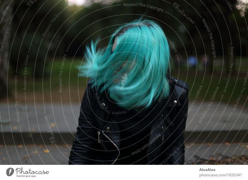 geschüttelt Lifestyle exotisch Freude schön Junge Frau Jugendliche Haare & Frisuren 18-30 Jahre Erwachsene Umwelt Schönes Wetter Park Lederjacke langhaarig