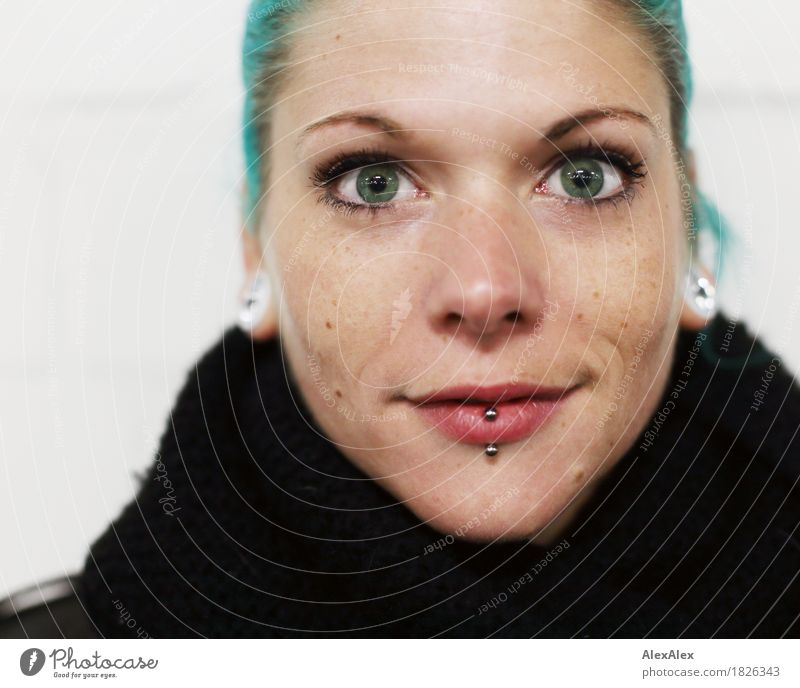 seriöser gar Stil schön Junge Frau Jugendliche Gesicht Auge 18-30 Jahre Erwachsene Schal Schmuck Piercing langhaarig türkis beobachten Lächeln Blick ästhetisch