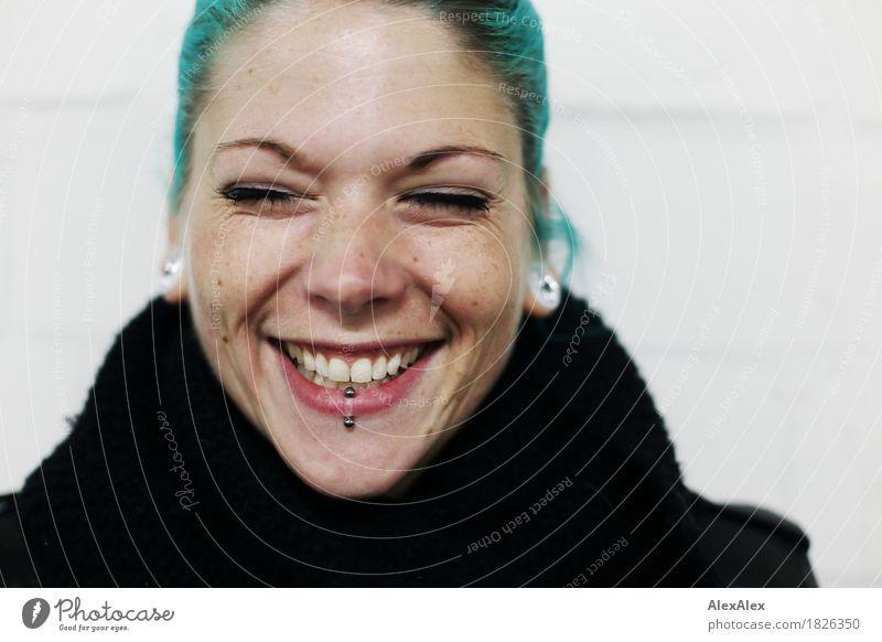 Portrait einer lachenden jungen Frau mit türkisen Haaren Lifestyle Freude schön Junge Frau Jugendliche Gesicht 18-30 Jahre Erwachsene Schal Piercing Ohrringe