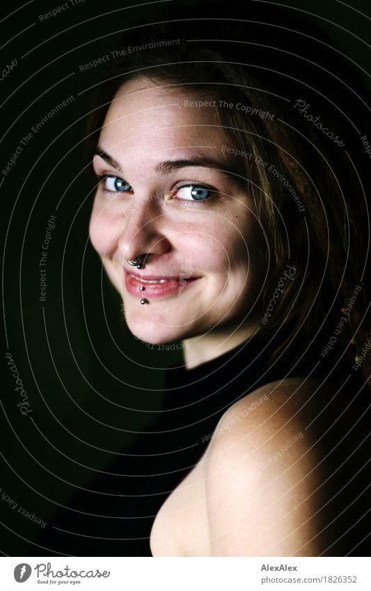 so schön Leben harmonisch Junge Frau Jugendliche Auge Grübchen 18-30 Jahre Erwachsene Kleid Piercing brünett langhaarig Rastalocken Kommunizieren Lächeln Blick