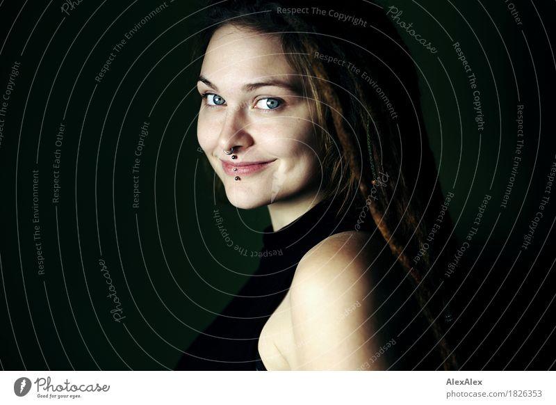 mit Grübchen Jugendliche Stadt schön Junge Frau Freude 18-30 Jahre Gesicht Erwachsene feminin außergewöhnlich ästhetisch authentisch Lächeln einzigartig