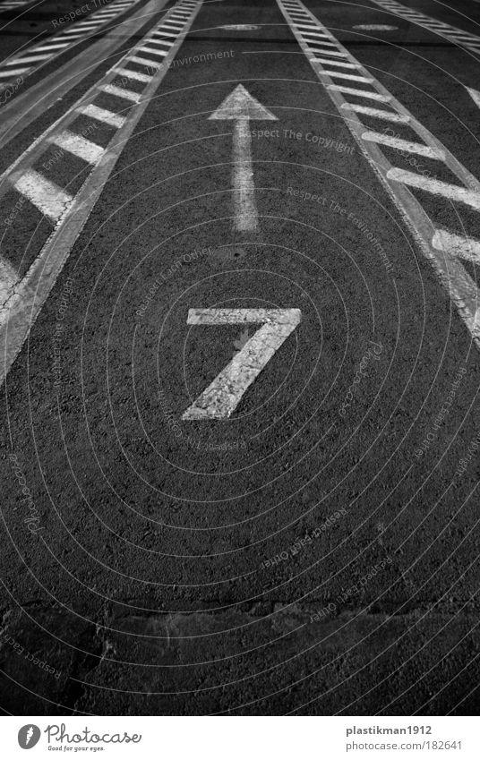 8 Schwarzweißfoto Außenaufnahme Detailaufnahme Zeichen Ziffern & Zahlen Verkehrszeichen Symmetrie Glückszahl