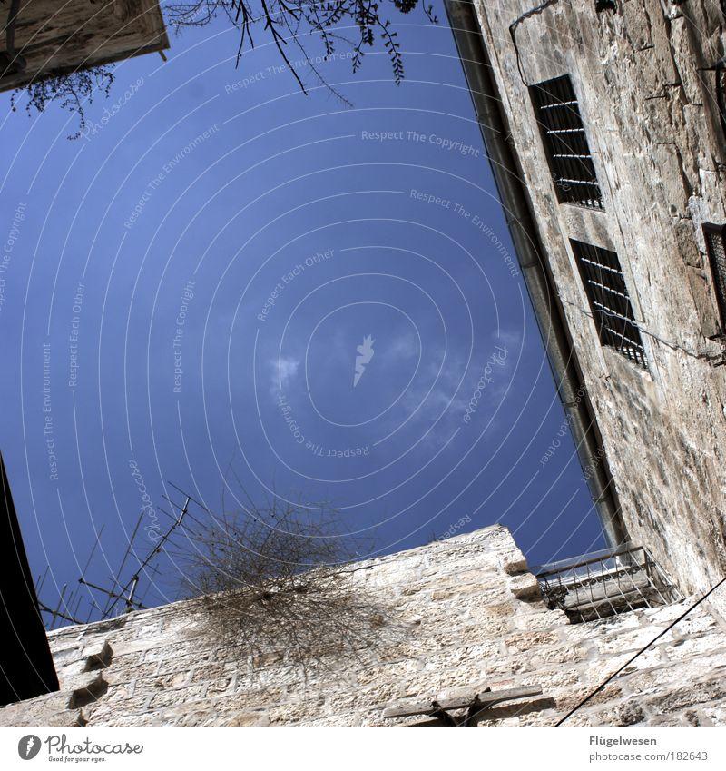 Hof mit Himmel Farbfoto Außenaufnahme Tag Freizeit & Hobby Häusliches Leben Wohnung Haus Umwelt beobachten Blick außergewöhnlich hoch Glück Schutz Hoffnung