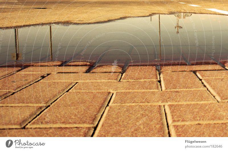 Ein Blick in den Spiegel Wasser Straße Stein Wege & Pfade Park Regen Küste nass Beton Verkehr Platz Schwimmbad einzigartig leuchten Backstein Seeufer