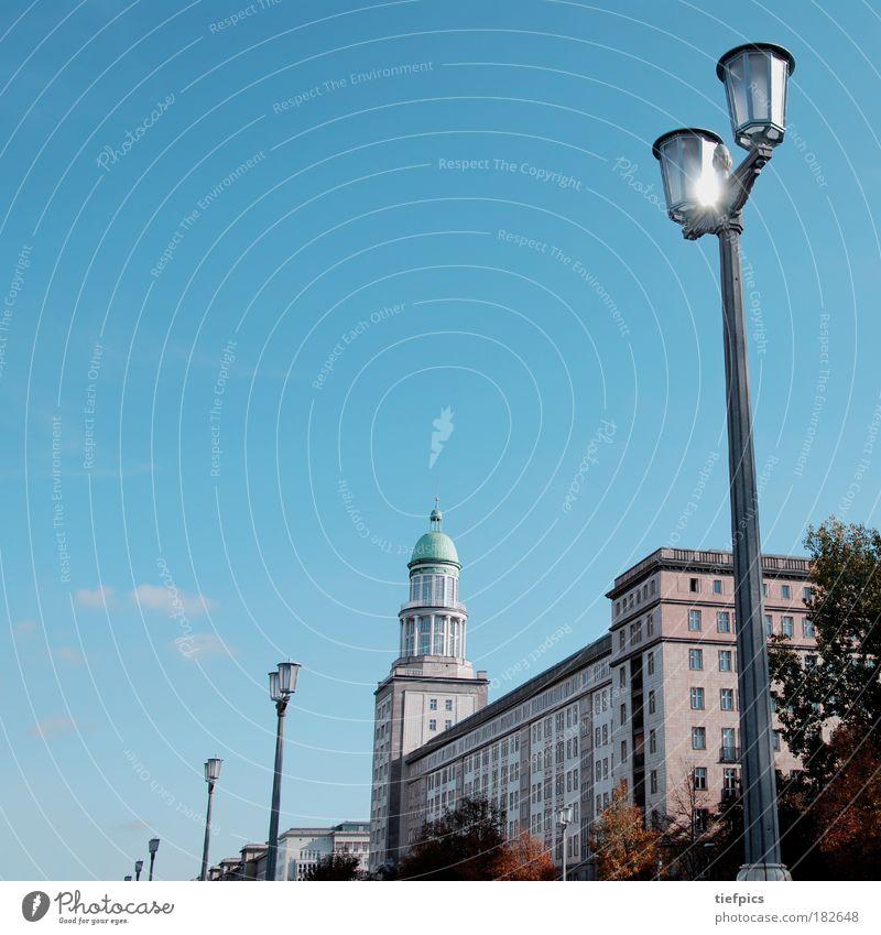 berlin, hauptstadt der ddr. Himmel blau Stadt Haus Berlin Deutschland Verkehr Fassade Vergangenheit DDR Straßenbeleuchtung Allee Osten Hauptstadt Westen