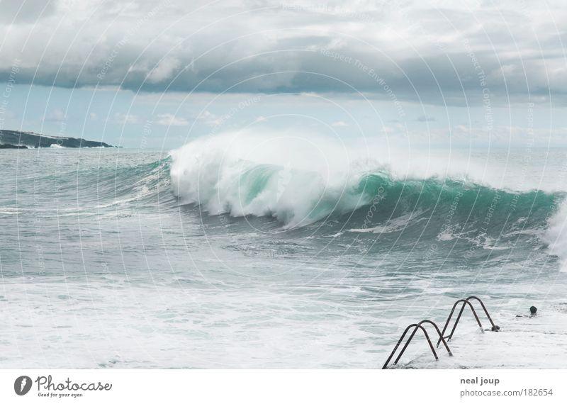 Nicht von der Seite springen! Natur Wasser grün Meer Wolken Freiheit grau Küste Wellen Kraft Energie groß Europa wild bedrohlich Urelemente