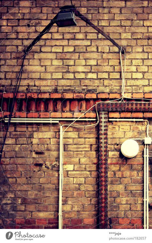 geometrie. Mauer Wand Ordnung verfallen alt Licht Lampe Beleuchtung Backsteinwand Backsteinfassade Kabel Kabelsalat Elektrizität chaotisch Linie