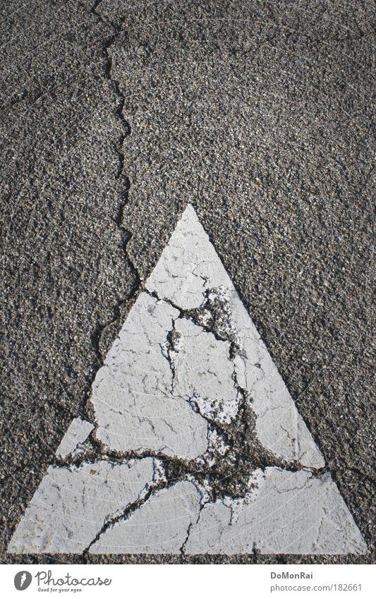Blitzeinschlag weiß Straße grau Schilder & Markierungen Europa Schweiz Asphalt Vergänglichkeit Spitze Zeichen verfallen Verfall Gewitter Unwetter Riss
