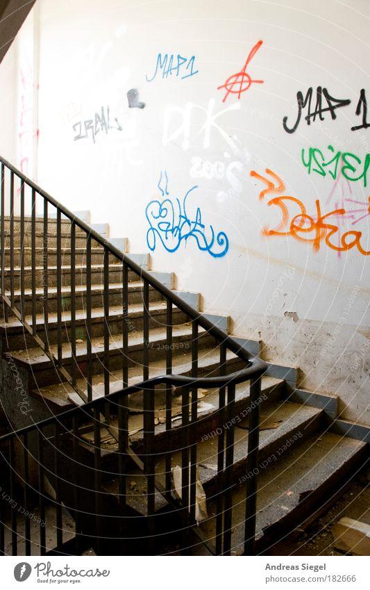 Treppenhaus alt weiß Haus Leben Wand Graffiti Architektur Gebäude Mauer hell Wohnung dreckig Innenarchitektur Treppe kaputt Hoffnung