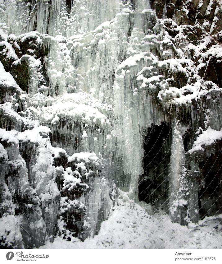 Eisfall mit Schnee und Eiszapfen Schwarzweißfoto Gedeckte Farben Außenaufnahme Detailaufnahme Menschenleer Abend Licht Schatten Kontrast Silhouette Umwelt Natur
