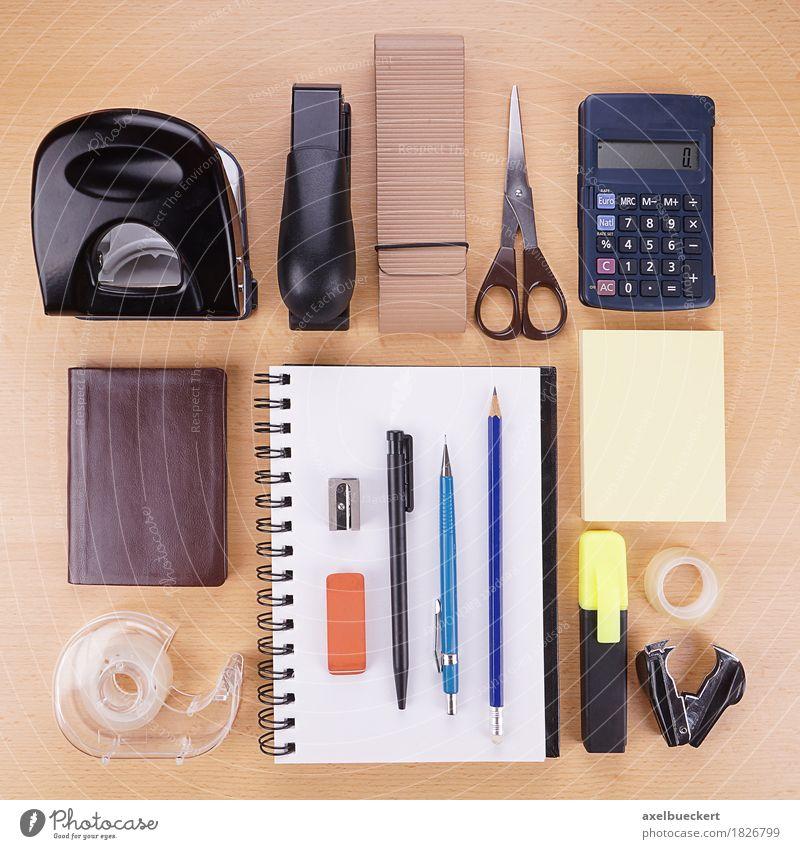Schreibwaren flat lay Freizeit & Hobby Schreibtisch Tisch Büroarbeit Arbeitsplatz Business Ordnung Locher Heftklammerer Schere Taschenrechner Kalender Notizbuch