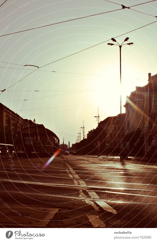 vergangen. Stadt Einsamkeit Leben Gefühle träumen Wärme Zufriedenheit Stimmung Horizont Perspektive Hoffnung modern ästhetisch authentisch Frieden Asphalt