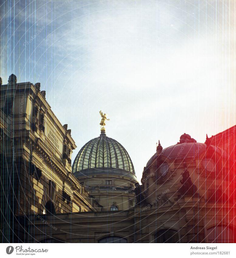 Ehrensache alt Himmel Stadt Haus Gebäude Linie hell Kunst Architektur ästhetisch Tourismus Streifen Dresden analog Bauwerk historisch