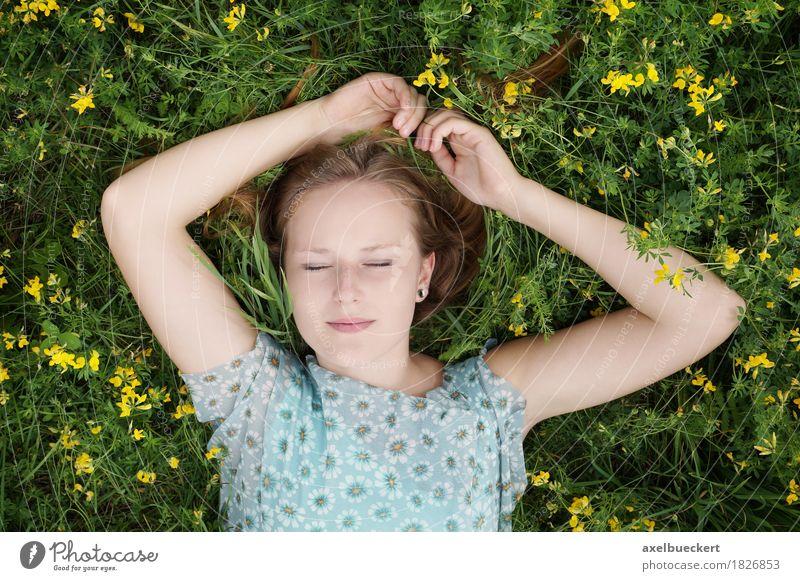junge blonde Frau liegt mit geschlossenen Augen auf Blumenwiese Mensch Natur Jugendliche Sommer schön Junge Frau Erholung 18-30 Jahre Erwachsene Wiese Lifestyle