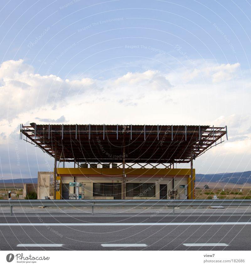 Mach dich selbstständig! alt Straße dunkel dreckig Ordnung Verkehr Energiewirtschaft Geschwindigkeit authentisch Dach Kommunizieren Vergänglichkeit Bauwerk Vergangenheit historisch Verkehrswege