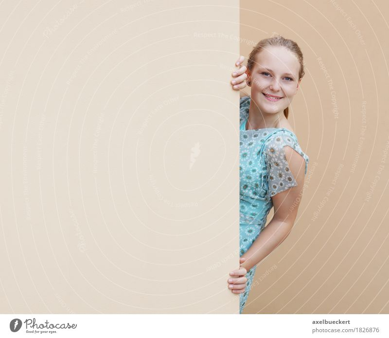 junge Frau, die um Ecke späht Lifestyle Freude Mensch feminin Mädchen Junge Frau Jugendliche Erwachsene 1 18-30 Jahre Mauer Wand Kleid blond Lächeln Werbung
