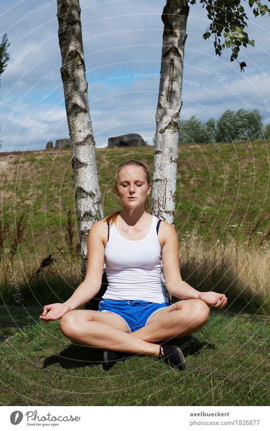 junge Frau meditiert Mensch Natur Jugendliche Sommer Junge Frau Baum Erholung Mädchen 18-30 Jahre Erwachsene Lifestyle Sport Gras feminin Park