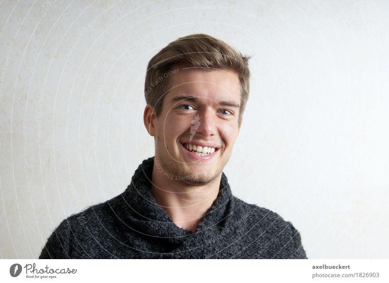 junger Mann Lifestyle Freude Mensch maskulin Junger Mann Jugendliche Erwachsene 1 18-30 Jahre Pullover blond kurzhaarig Lächeln lachen positiv Glück