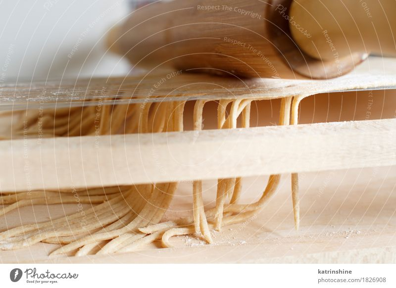 Making Spaghetti alla Chitarra mit einem Werkzeug Teigwaren Backwaren Ernährung Italienische Küche Tisch Gitarre machen dunkel frisch Tradition Zutaten manuell