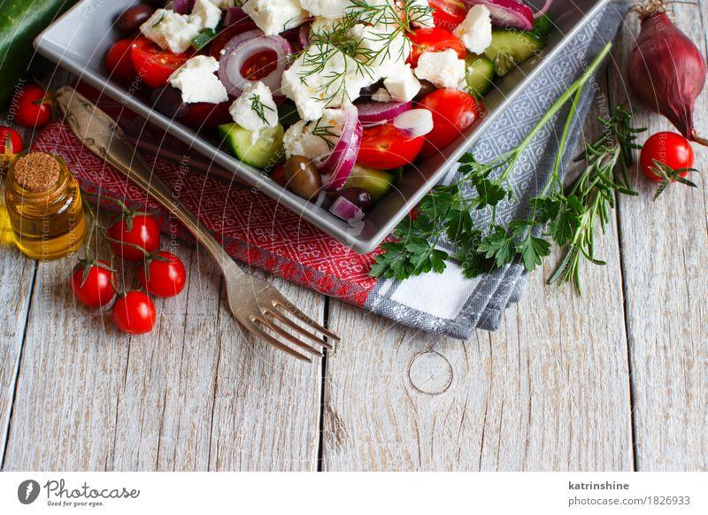 griechischer Salat Lebensmittel Käse Gemüse Essen Vegetarische Ernährung Teller Gabel Sommer frisch grün rot Griechischer Salat Tomate Cherrytomaten Schafskäse