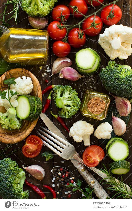 Frischgemüse auf einem Holztisch Sommer grün rot Blatt gelb Essen natürlich Gesundheit Lebensmittel Ernährung frisch Tisch Kräuter & Gewürze Jahreszeiten Gemüse