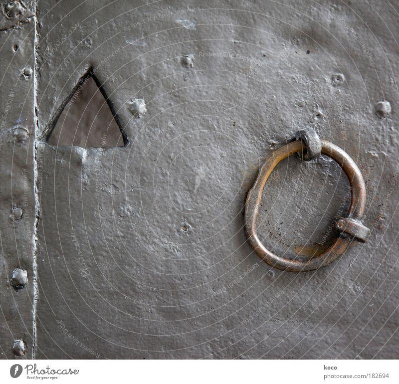 eckig & rund Gedeckte Farben Außenaufnahme Nahaufnahme Detailaufnahme Menschenleer Tag Tor Tür Metall Stahl Schloss alt ästhetisch außergewöhnlich fest