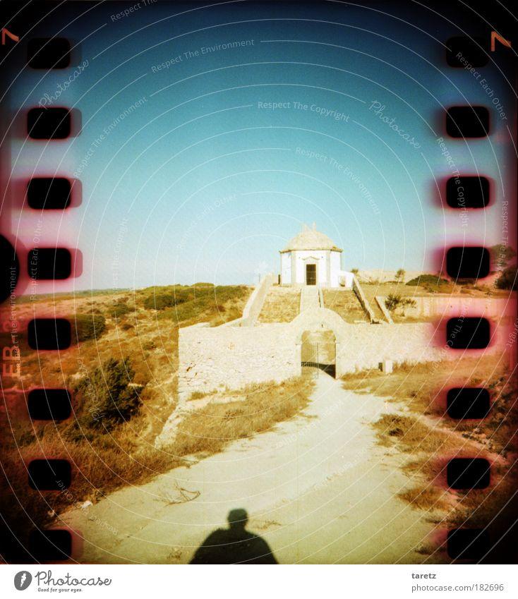 Bald am Ziel Mensch Sommer Ferien & Urlaub & Reisen ruhig Einsamkeit Ferne Wand Gras Bewegung Sand Wege & Pfade Mauer Wärme Treppe Hoffnung Zukunft